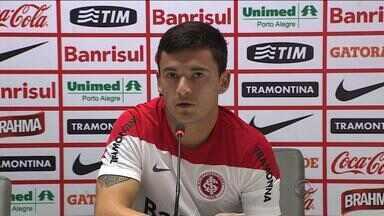 Aránguiz comemora boa fase e quer permanência do Inter - Jogador tem sete gols com a camisa vermelha neste ano.