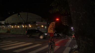 Motoristas são flagrados invadindo a ciclofaixa - A prioridade é sempre do pedestre.
