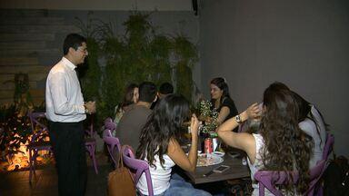 Cobrança dos 10% do garçom divide opinião do consumidor em Campina Grande - Nem todo consumidor entende o motivo de pagar a porcentagem para o garçom nos bares e restarantes.