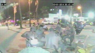 Corregedoria da polícia investiga delegado que deixou solto suspeito de crimes - Imagens mostram que ele negociava a compra de uma metralhadora quando atirou contra o dono de um quiosque na orla da Enseada, no Guarujá.