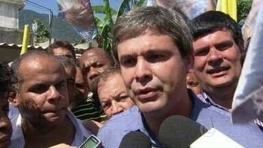 Lindberg Farias faz campanha em Nova Iguaçu - O candidato Lindberg Farias fez campanha em Nova Iguaçu. Ele fez uma caminhada com eleitores e militantes.