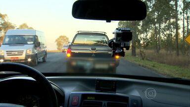 Na hora de pegar a estrada, é preciso estar com a revisão em dia e agir corretamente - Esta sexta-feira (15) é feriado e muita gente vai aproveitar para viajar. Com o aumento do tráfego, os motoristas precisam ficar atentos.