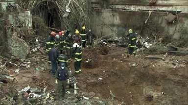 Bombeiros tentam recuperar destroços de avião que caiu em Santos - Durante o dia, bombeiros trabalharam no local recolhendo pedaços da aeronave e de objetos pessoais dos tripulantes. Algumas construções ficaram danificadas pelo impacto da queda do avião.