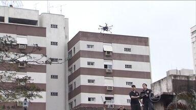 PF faz mapeamento virtual no local do acidente em Santos - Peritos querem reconstituir os últimos instantes de voo do avião, onde estavam o candidato a presidente Eduardo Campos e mais seis pessoas. Os peritos estão usando drones para sobrevoar área de acidente.
