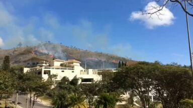 Incêndio atinge vegetação da Serra do Curral em Belo Horizonte - Fogo chegou perto das casas no bairro Mangabeiras, na Região Centro-Sul.