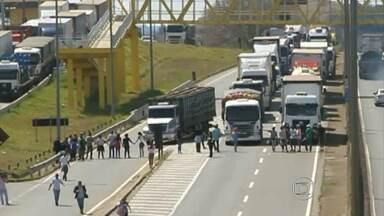 Manifestantes fecham BR-459 e a rodovia Fernão Dias, no sul do estado - Eles protestaram contra uma ação de reintegração de posse em Pouso Alegre.