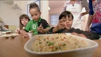 Baixinhos enfrentam desafio de fazer pizza nutritiva, saborosa e divertida - Para a pizza, a massa é de pão sírio. O recheio é caprichado. Enquanto assa, as crianças fazem um arroz colorido. A consultora diz que os filhos podem escolher os alimentos, mas dentro de opções pré-estabelecidas pelos pais.
