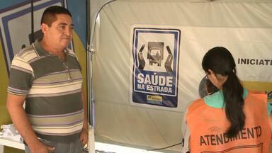 Ação de saúde nas estradas do Sertão da Paraíba - Para diminuir os acidentes envolvendo caminhões, os motoristas que passam por Sousa estão recebendo atendimento médico.