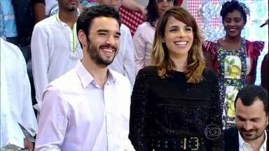Casados dentro e fora da TV, Caio Blat e Maria Ribeiro revelam: 'Beijamos de língua' - Em papo com Regina Casé, a atriz ainda conta que o marido cozinha muito