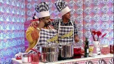 Competição na cozinha! Xande e Péricles contra Arlindo e Sapucahy - Músicos preparam dois pratos: Macarrão lampião e Risoto de camarão