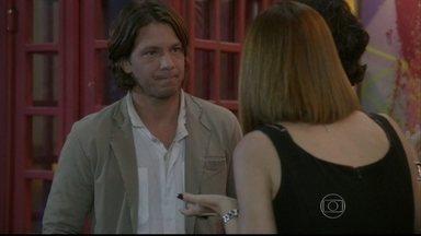 Edgard convida René para lecionar na Ribalta - René conta que não faz uso de drogas há quase dois anos e, antes de aceitar o convite, ele diz que deve se acertar com Dandara