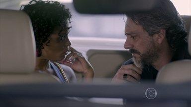 José Alfredo encontra Kelly na rua - Silviano estranha a ausência do Comendador durante o café da manhã. Kelly garante que será sigilosa quanto ao pedido de Zé Alfredo