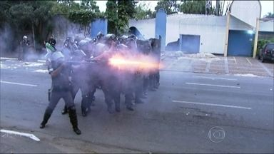 Policiais e grevistas da USP entram em confronto - Os policiais lançaram bombas e deram tiros de borracha. Pessoas que iam para o trabalho ficaram no meio do confronto. De tarde, grevistas e representantes da USP se reuniram no Tribunal do Trabalho.