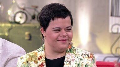 Débora Seabra é a primeira professora brasileira com síndrome de down - Jovem explica como é a rotina com os alunos em sala de aula
