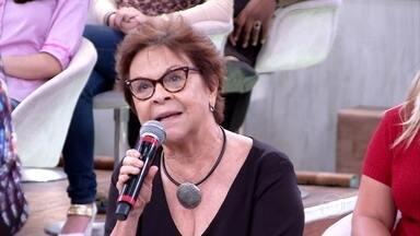 Mãe faz declaração emocionada para professora com Síndrome de Down - Débora Seabra ouvia atenta as lembranças da mãe