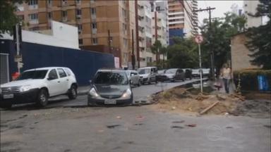 Carro cai em buraco na Rua do Futuro e trânsito fica ainda mais complicado - Um guincho foi acionado para fazer a remoção do carro, mas os próprios agentes da CTTU conseguiram retirar o veículo.