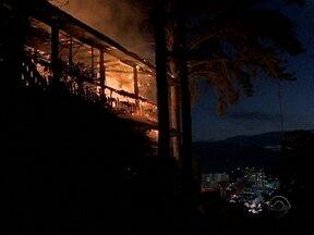 Incêndio destrói tradicional restaurante em ponto turístico de Blumenau - Incêndio destrói tradicional restaurante em ponto turístico de Blumenau
