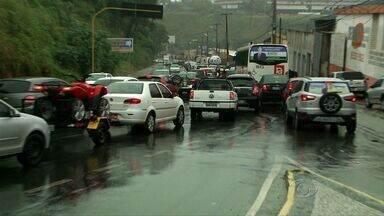 Acidentes causam transtonos aos motoristas de Maceió nesta quinta-feira - Na Leste-Oeste uma colisão envolvendo três veículos deixou o tráfego completamente congestionado.