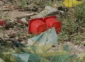 Acúmulo de lixo incomoda moradores em terreno do Bairro das Rendeiras, em Caruaru - Habitantes exigem a limpeza periódica do local.