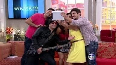 Fátima faz 'selfie' ao vivo com convidados - Existe momento ideal para fotos? Encontro discute tema