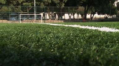Hoje é dia de pelada: grama sintética - Saiba como é feita e aplicada a grama sintética nos campos de futebol