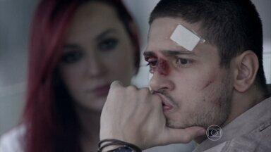 João Lucas desconfia que Kelly é amante de José Alfredo - Ele acredita que o pai está tendo um caso com a empregada e conta para Du