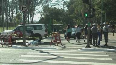 Homem morre após ser atropelado na região do Parque do Ibirapuera - O homem estava indo se exercitar, quando foi atingido por um carro. O acidente foi na Avenida República do Líbano, em frente ao portão oito do Parque. Segundo a CET, o motorista fugiu sem prestar socorro.