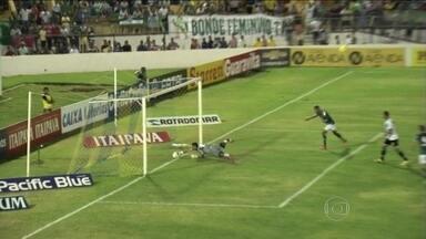Vasco sofre gol no fim, deixa de ser líder e pode ficar fora do G4 - Rodrigo colocou o Cruz-maltino em vantagem, mas time da casa chegou ao empate em falha de Martín Silva.