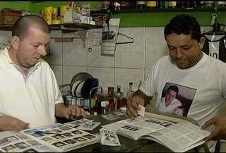 Moradores do Alto São João se encontram em bares para trocar figurinhas de personagens - Novidade tem atraído adultos e crianças, que contam a histórias de figuras conhecidas no bairro e na cidade.