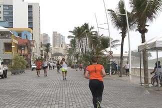 População aproveita nova orla da Barra em Salvador - Após um ano de obras, o local foi liberado na sexta-feira (22).