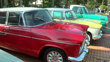 Carros antigos viram atração no centro de Maringá - Gente de todas as idades ficam encantadas com as raridades.