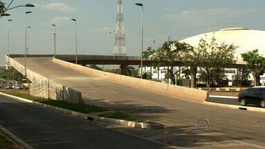 Viadutos da Copa interditados após liberação preocupam população de Cuiabá - Projetados para a Copa do Mundo em Cuiabá e liberados para uso, viadutos que acabaram interditados devido a falhas geram preocupação na população da cidade.