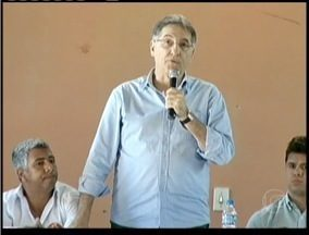 Fernando Pimentel do PT fez campanha nas cidades de Capelinha, Minas Novas e Carbonita - Candidato participou de um encontro com lideranças em uma escola.