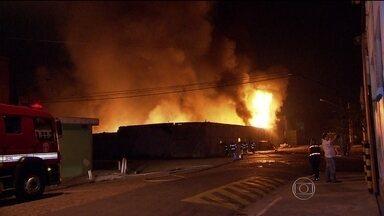 Incêndio destrói fábrica de plástico na Zona Sul de São Paulo - O fogo, que já foi controlado, pode ter sido provocado por um balão. Toda a mercadoria foi perdida. Vizinhos ao imóvel contam que tiveram dificuldade para entrar em casa por conta do calor.