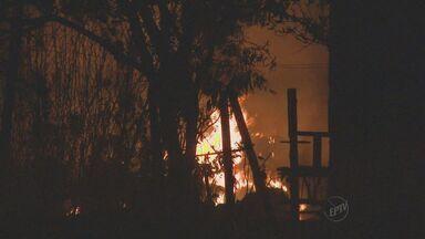 Incêndio destrói empresa de material reciclável em Vinhedo - Caminhões, máquinas e estoque foram perdidos. De acordo com testemunhas, fogo começou em uma mata próxima ao local