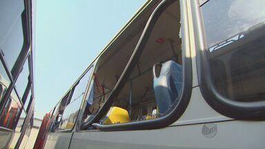 Três ônibus do transporte coletivo de Campinas são depredados - Coletivos tiveram vidros danificados por pedras e janelas quebradas. Ação aconteceu no domingo.