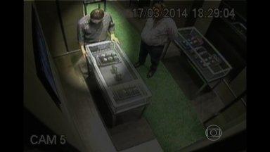 Ladrões estrangeiros são flagrados roubando joalherias em shoppings do Rio - No Rio, a polícia está à procura de ladrões estrangeiros que têm como alvo joalherias de shoppings de luxo. Imagens de câmeras de segurança mostram a estratégia dos bandidos para distrair os vendedores.
