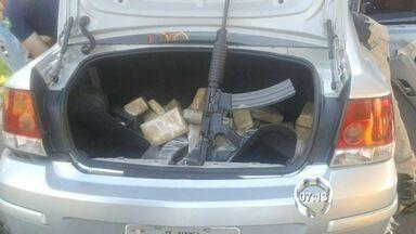 Homem é preso por tráfico de drogas e porte ilegal de armas na Fernão Dias - Flagrante foi durante abordagem de rotina na tarde deste domingo (24).Com suspeito foram encontradas drogas e armas.