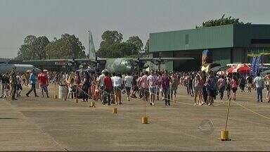 Base Aérea de Campo Grande comemora 70 anos - Os portões da unidade foram abertos a população. A festa deixou o céu da capital mais movimentado e colorido