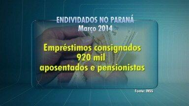 Aposentados dizem que vão usar primeira parcela do 13º para pagar dívidas - Os empréstimos para aposentados chegam ao montante de R$ 190 milhões no Paraná. Cuidados na hora de sacar o dinheiro também são importantes.
