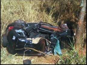 Sete morreram em acidentes durante fim de semana no noroeste paulista - Foi um fim de semana violento nas estradas do noroeste paulista. Sete pessoas morreram em acidentes na região. Na Rodovia Washington Luiz, em Catanduva, um motorista ficou carbonizado. A polícia suspeita que ele tenha batido na traseira de um caminhão de milho.