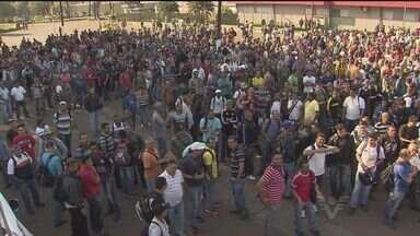Trabalhadores da USIMINAS fazem assembléia - Eles pararam em frente à siderúrgica na manhã desta segunda-feira (25)