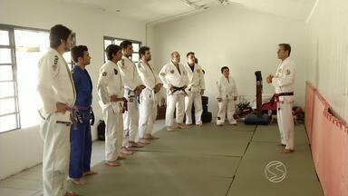 Mestre de jiu-jitsu Pedro Sauer ensina técnicas de luta em Resende, RJ - Grupo de praticantes da arte marcial recebeu a visita ilustre neste fim de semana.