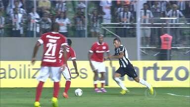 Márcio Rezende analisa lance polêmico na partida entre Atlético-MG e Internacional - Ex- árbitro comenta lance em que os jogadores do galo pediram penalti em Alex Silva