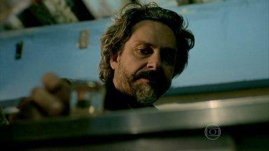 José Alfredo se embriaga em um bar e deixa Maria Marta preocupada - Josué manda Helena ir para casa sem ele e acaba comentando sobre estado do Comendador