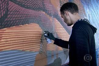 Artista refaz grafite apagado por engano no centro da capital - Desde o mês passado, o artista plástico Francisco Rodrigues, conhecido como Nunca, trabalha para recriar uma obra na parede de 300 metros quadrados. O mural foi apagado por engano por funcionários da Prefeitura.