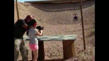 Menina mata acidentalmente o instrutor de tiros nos EUA - A menina, de 9 anos, passava as férias com os pais no Arizona, que decidiram pagar a aula de tiro. Ela perdeu o controle da submetralhadora por causa da força do disparo. O tiro atingiu a cabeça do instrutor.