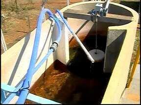 Mesmo com rodízio, moradores em MG questionam falta de água - Falta de água começou há cerca de uma semana em Rio Paranaíba.Copasa perfurou poços, mas informou que solo está seco e não resolveu.
