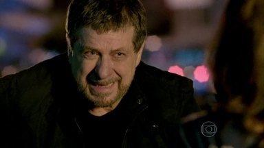 Reginaldo se assusta quando encontra Jurema na rua - O empresário vai à farmácia e encontra a ex