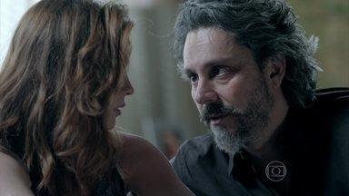 Zé Alfredo faz as pazes com Maria Isis - O comendador garante a amante que vai ficar ao lado dela em qualquer situação
